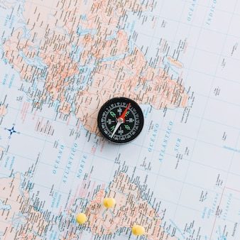 Una vista dall'alto della bussola sulla mappa del mondo
