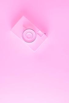 Una vista dall'alto della macchina fotografica dipinta su sfondo rosa