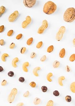 Una vista dall'alto delle noci; arachidi; mandorle; pistacchi; nocciola e anacardi su sfondo bianco