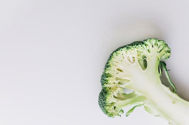 Una vista dall'alto di broccoli divisi a metà sull'angolo dello sfondo bianco