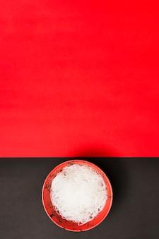 Una vista dall'alto di spaghetti di riso al vapore su doppia superficie con spazio per il testo