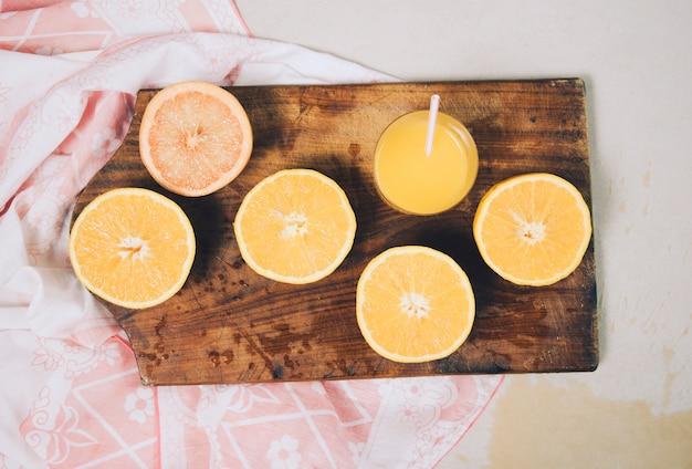 Una vista dall'alto di un'arancia dimezzata sul tagliere sulla sciarpa