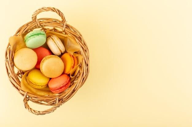 Una vista dall'alto macarons francesi al forno e gustosi cestini interni