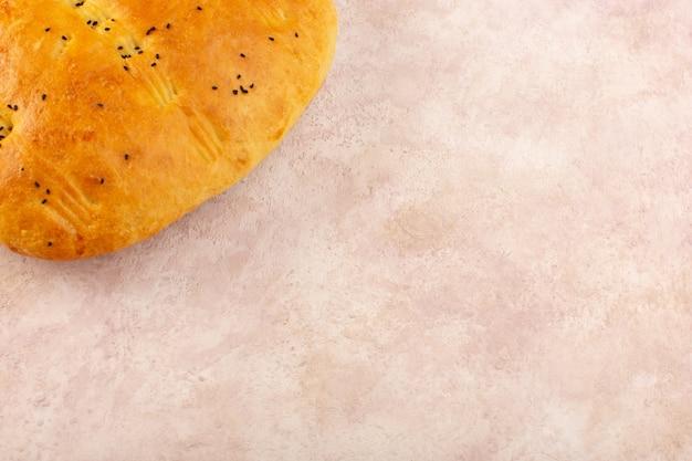 Una vista dall'alto pane cotto caldo gustoso fresco sul rosa