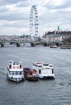 Una vista del magnifico london eye a londra e tamigi