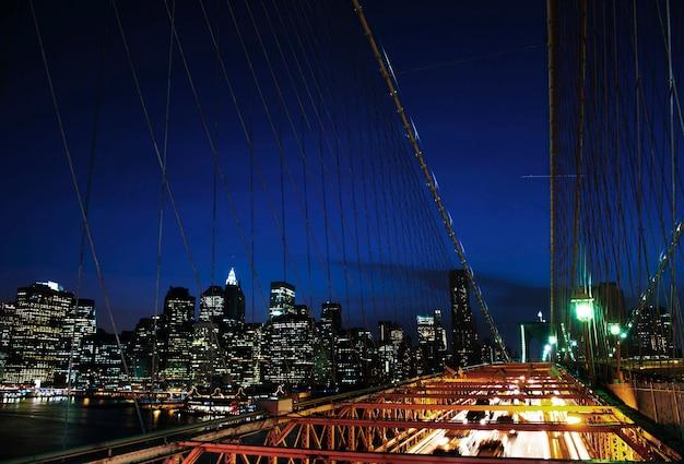 Una vista della città di new york durante le ore notturne