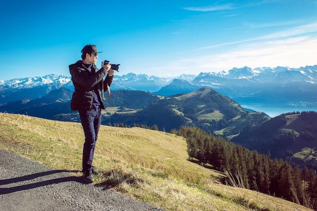 Una vista della montagna della fotografia dell'uomo, concetto di viaggio.