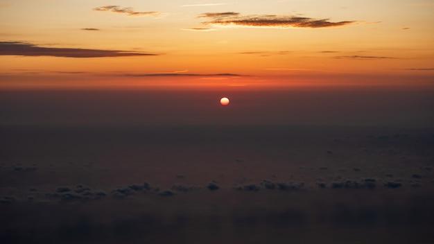 Una vista di alba dalla cima dell'agion oros (montagna di athos) in grecia, calcidica.
