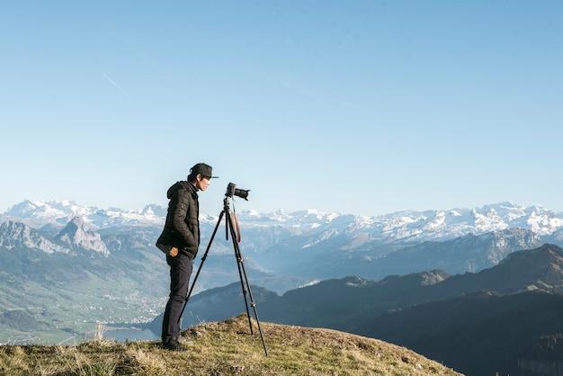 Una vista di montagna di uomo fotografia