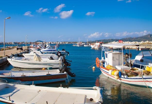 Una vista di un porto a zante, in grecia