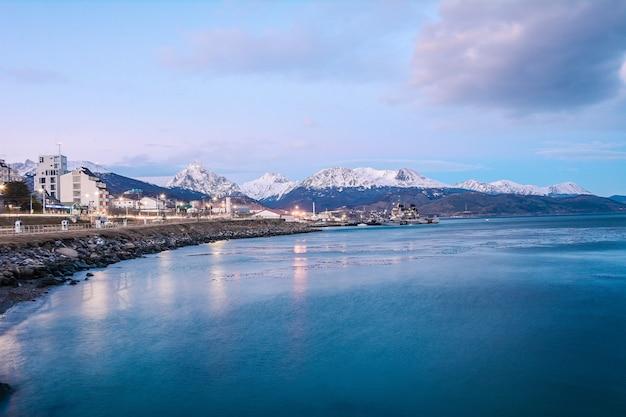 Una vista di ushuaia e montagne in inverno.