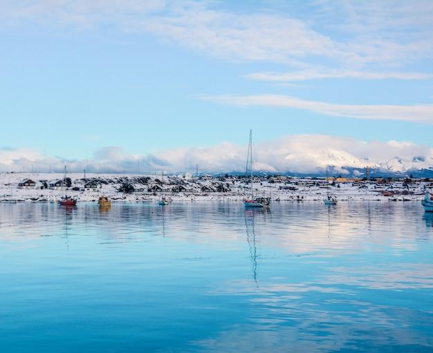 Una vista di ushuaia e montagne