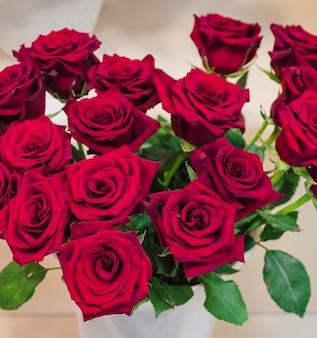 Una vista elevata del fiore della rosa rossa nel vaso