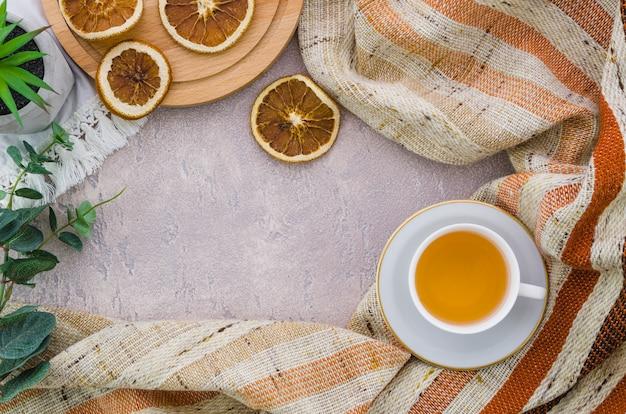 Una vista elevata di fette di limone essiccato con strisce di tessuto su sfondo concreto