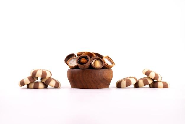 Una vista frontale biscotti e corna deliziosi su bianco, zucchero biscotto biscotto dolce