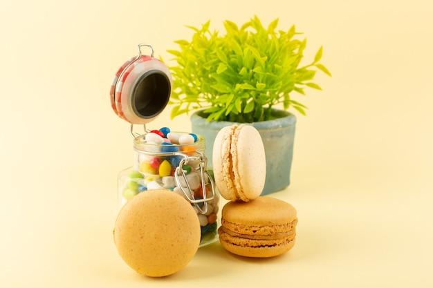 Una vista frontale caramelle colorate con macarons francesi