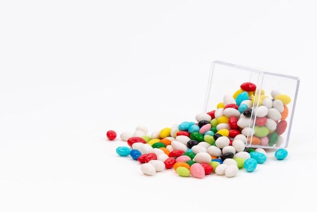 Una vista frontale caramelle colorate dolci su bianco, zucchero candito dolce