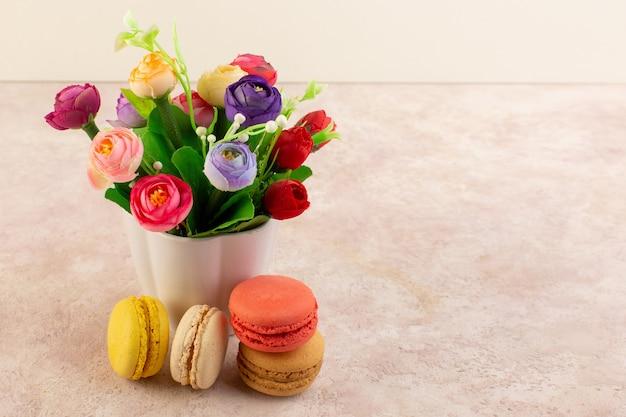 Una vista frontale colorati macarons francesi deliziosi e cuocere al forno