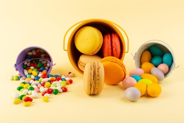 Una vista frontale francese macarons con caramelle colorate