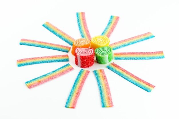 Una vista frontale marmellate colorate dolci e appiccicose su bianco, confettura di zucchero dolce di colore