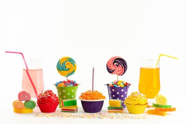Una vista frontale torte e caramelle con bevande e marmellate su bianco, zucchero color biscotto dolce
