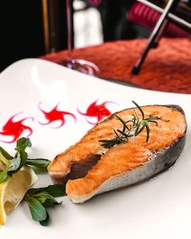 Una vista frontale vicino vista frutti di mare all'interno del piatto bianco sul tavolo