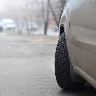 Una vista laterale di una macchina in piedi vicino a una strada