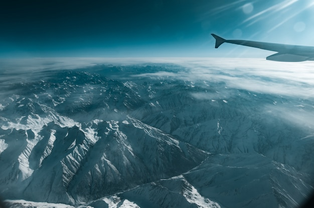 Una vista montagna invernale dalla finestra del piano
