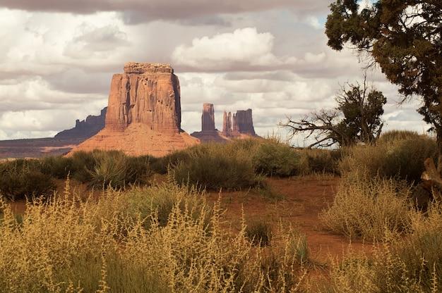 Una vista mozzafiato del parco tribale navajo valle del monumento, utah-arizona, stati uniti d'america.