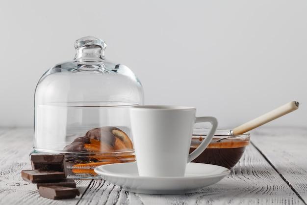 Una vista ravvicinata di una piccola tazza di caffè espresso e arancia essiccata