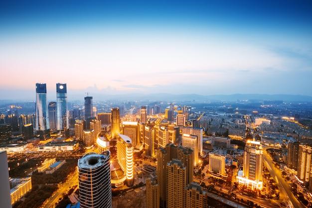 Una vista sulla grande città asiatica di bangkok, in thailandia durante la notte quando gli alti grattacieli sono illuminati