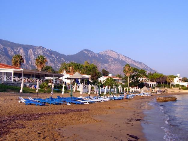Una vista sulla spiaggia in una giornata di sole in costa mediterranea