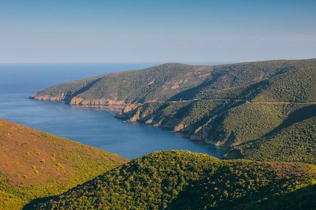 Una vista sulle montagne e sul mar mediterraneo in una soleggiata giornata estiva. grecia, viaggio.