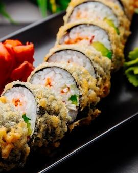 Unagi maki tempura cetriolo riso anguilla crema di formaggio zenzero vista laterale
