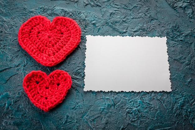 Uncinetto cuori di san valentino e biglietto di auguri
