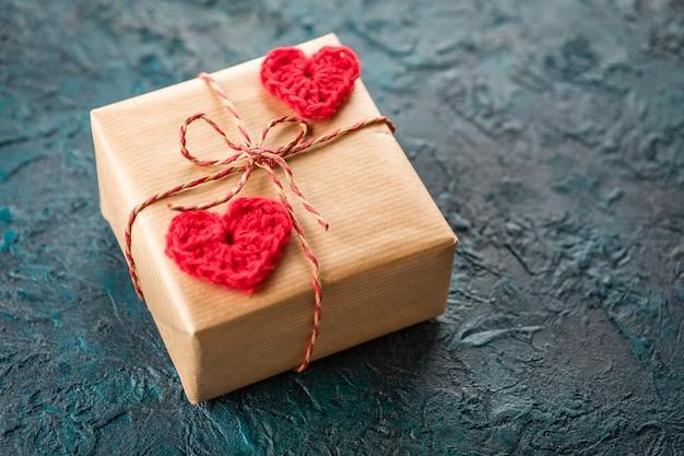 Uncinetto cuori di san valentino sul presente