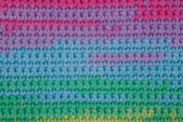 Uncinetto, fatto a mano, cucito. matassa multicolore dei fili e un gancio su un vecchio fondo di legno