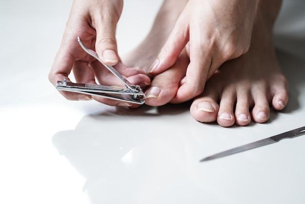 Unghia del piede di womancutting della giovane donna