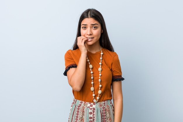 Unghie mordaci della giovane donna araba, nervose e molto ansiose.