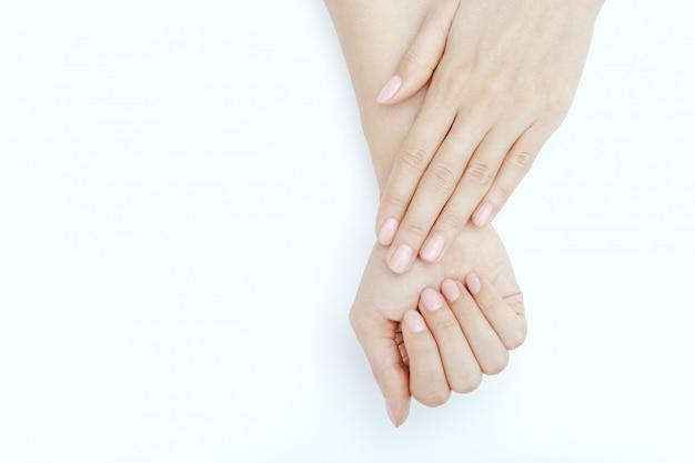 Unghie naturali, smalto gel. manicure perfetta e pulita