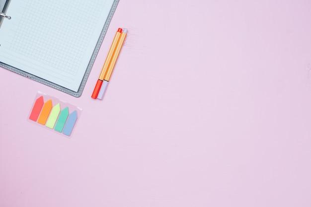 Unico semplice taccuino bianco vuoto con uno spazio vuoto per disegnare o scrivere