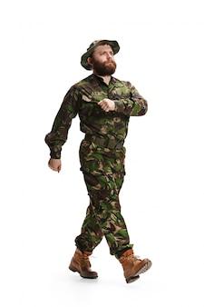 Uniforme d'uso del camuffamento del giovane soldato dell'esercito isolata su bianco
