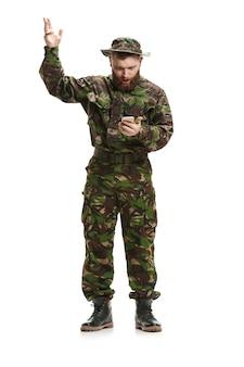 Uniforme d'uso del camuffamento del giovane soldato dell'esercito isolata