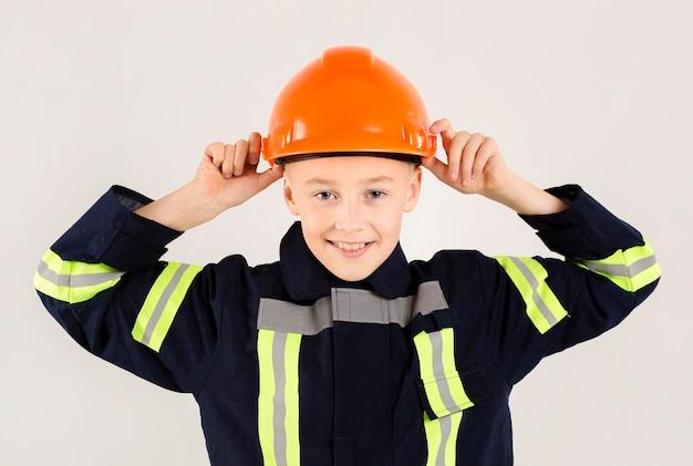 Uniforme da portare felice pompiere