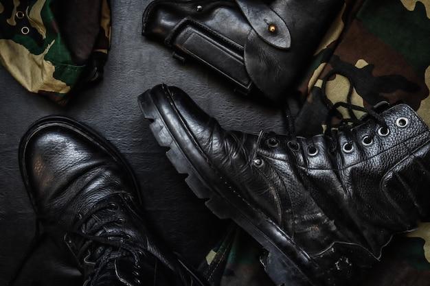 Uniforme militare mimetica e stivali