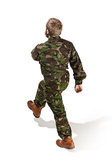 Uniforme mimetica da portare del giovane soldato dell'esercito