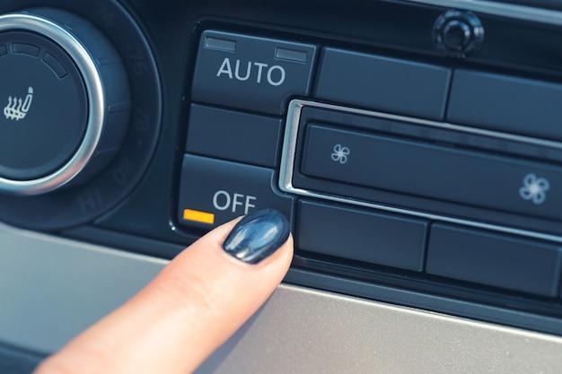 Unità di controllo del clima nella nuova auto