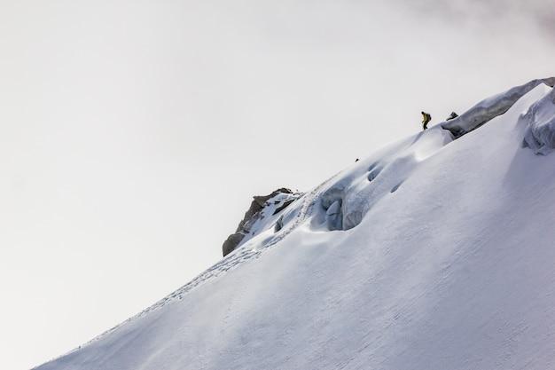 Uno scalatore nel mont blanc