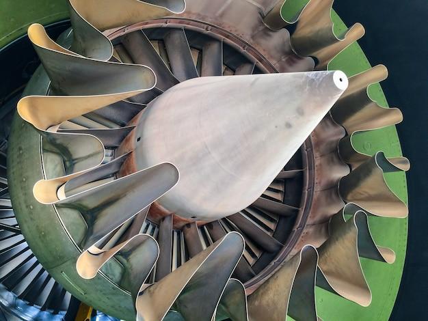 Uno scarico del motore dell'aeroplano