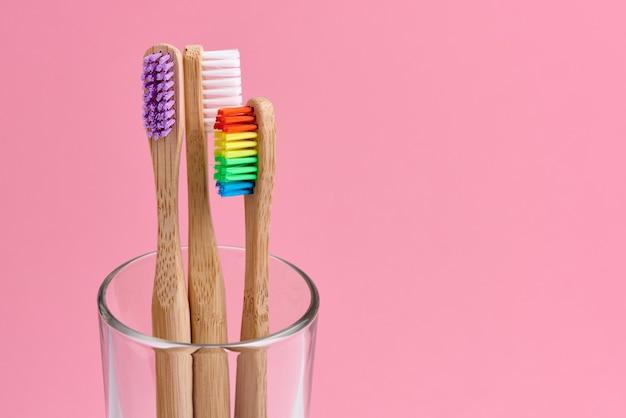 Uno spazzolino da denti di tre bambù in un vetro